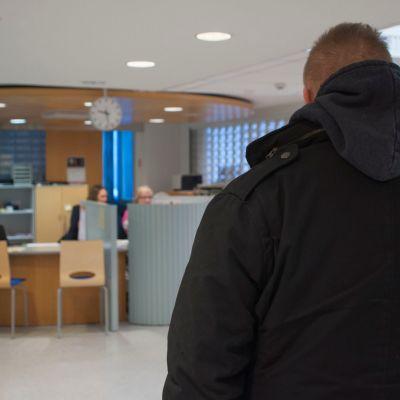 Mies TE-toimiston aulassa