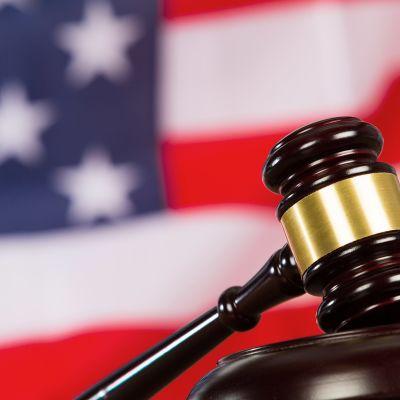 tuomarin nuija ja USA:n lippu