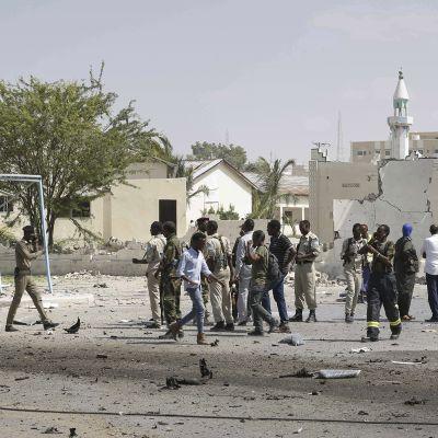 Somalian turvallisuusviranomaiset tutkivat räjähdyspaikkaa.