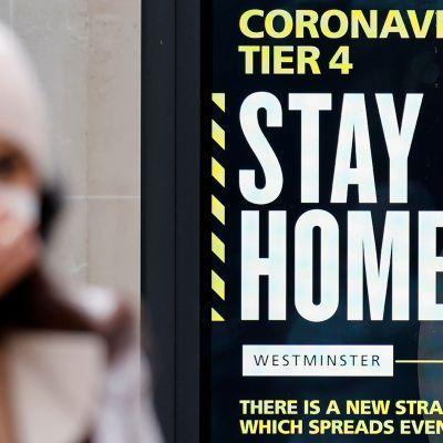 Koronaviruksesta kertova kyltti Lontoossa.