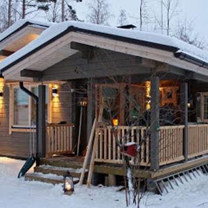 Saunamme on Kangasniemellä kauniin Puulaveden rannalla. Haaveemme uudesta saunasta toteutui vuonna 2013. Sauna on paikkalliselta Kangasniemen Huvilaveistämöltä.