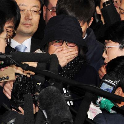 Choi Soon-sil då hon anlände för förhör, innan hon greps i Seoul 31.10.2016