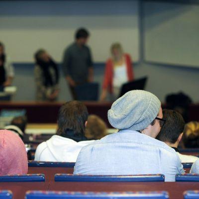 Opiskelijat kuuntelevat ryhmätyön esittelyä Laurea-ammattikorkeakoulussa.