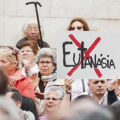 Eutanasian vastustajia parlamenttitalon edustalla Lissabonissa tiistaina.