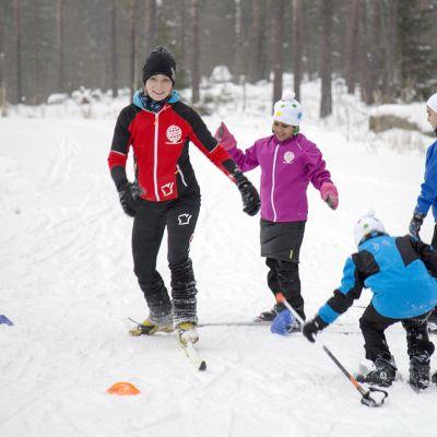 Kansainvälinen hiihtokoulu Helsingin Paloheinässä.