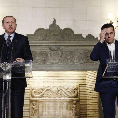 Kreikan pääministeri Alexis Tsipras (oik.) ja Turkin presidentti Recep Tayyip Erdoğan pitivät tiedotustilaisuutta Kreikan pääministerin virka-asunnossa Máximoksen huvilassa Ateenassa 7. joulukuuta