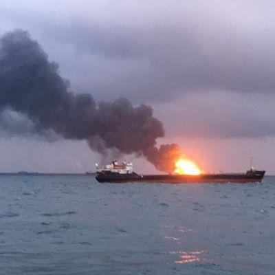 Kertšinsalmella palanut polttoainetta kuljettanut laiva 21. tammikuuta.