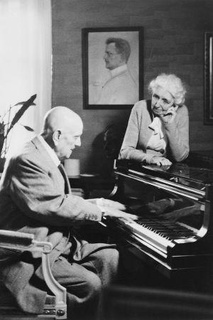 Jean ja Aino Sibelius kotonaan Ainolassa flyygelin äärellä lokakuussa 1955.