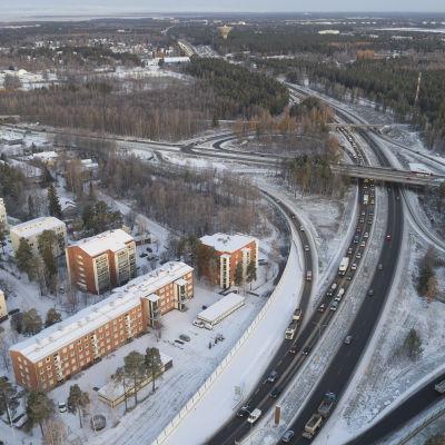Oulun Pohjantien liikenneruuhkia aamulla.