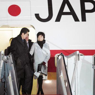 Japanin pääministeri Shinzo Abe saapumassa vierailulle Yhdysvaltoihin vaimonsa Akie Matsuzakin kanssa.