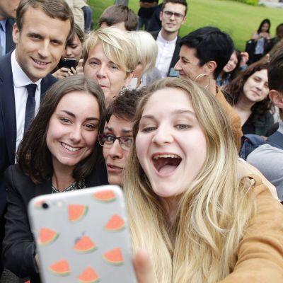 Opiskelijat ottavat selfien presidentti Emmanuel Macronin kanssa Verneuil-Sur-Viennessä.