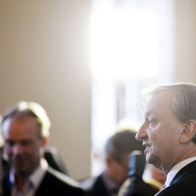 Kokoomuksen kansanedustaja Harry Hjallis Harkimo tiedotustilaisuudessa eduskunnan valtiosalissa Helsingissä.
