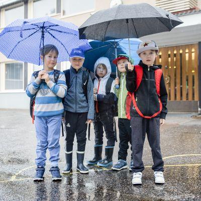 Vartiokylän ala-asteen oppilaita koulurakennuksen edessä.