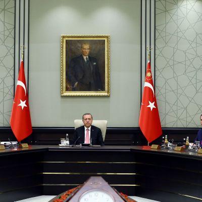 Turkin presidentti Recep Tayyip Erdoğan kabinettitapaamisessa Ankarassa 20. heinäkuuta 2016.