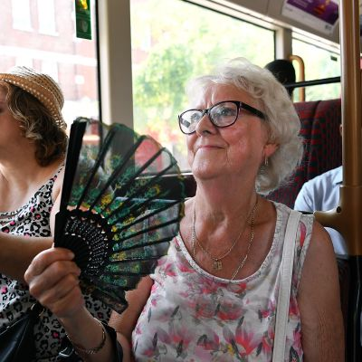 Kaksi naista matkustaa  linja-autossa Lontoossa.