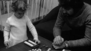 Lapsi leikkii isän kanssa Hyrrä-ohjelmassa 1972
