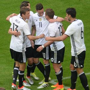Thomas Müller och Tyskland firar mål