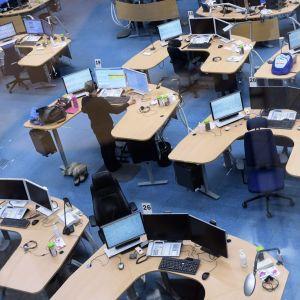 Hätäkeskuksen työntekijöitä työpisteillään Keravan hätäkeskuksessa.