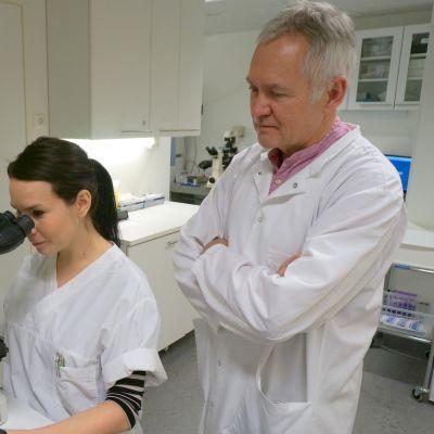 Biologi Pia Allinen ja toimitusjohtaja Esa Korkeela Inova klinikalla