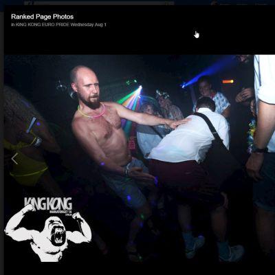 Ruutukaappaus tukholmalaisen homoklubin Facebook-sivuilta. Kuvassa Touko Aalto näyttää läiskivän kumartunutta ihmistä takapuolelle.