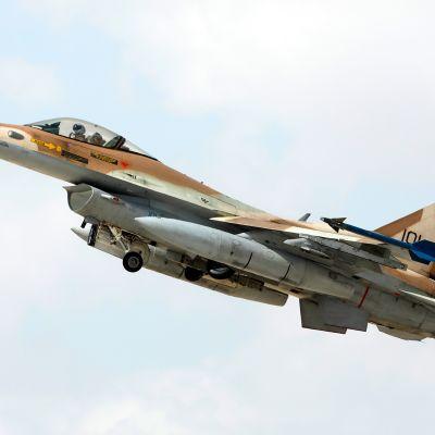 F-16 taistelulentokone.