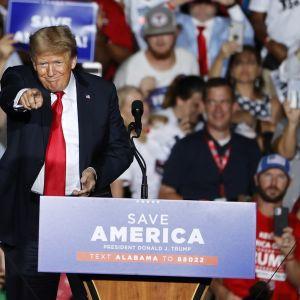 Donald Trump puhujakorokkeella