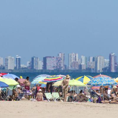 Ihmisiä rannalla.