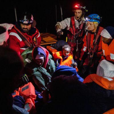 Ryhmä Libyan edustalta Välimerestä pelastettuja siirtolaisia espanjalaisen sota-aluksen kannella.