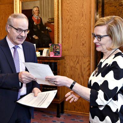 Uusi kansanedustaja Eero Reijonen esitti valtakirjansa.