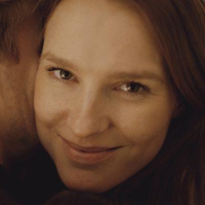 Närbild av Marie (Amanda Collin) som tittar in i kameran.