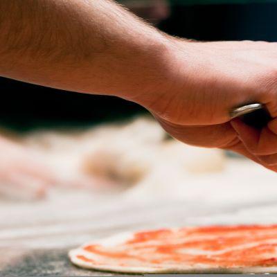 mies tekee pizzaa