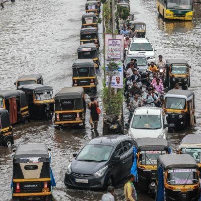 Rankkasateet ovat saaneet liikenteen kaaokseen Mumbaissa.