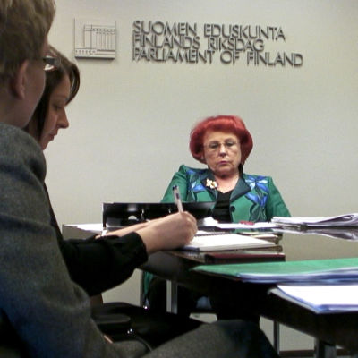 Kansanedustaja Sirpa Asko-Seljavaara dokumentissa Liikkumavara