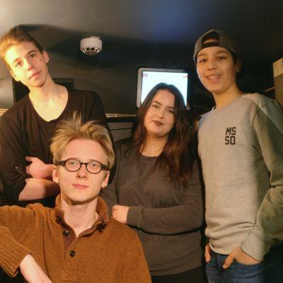 Santeri Aaltonen, Jannu Löyskä, Aimi Matikka ja Jalal Alsaifi elokuvateatterin projektorikopissa.