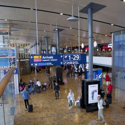 Näkymä lentokentän sisätiloihin.