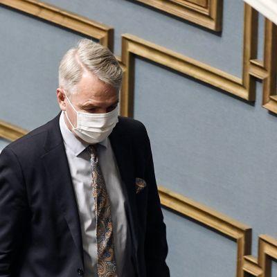 Ulkoministeri Pekka Haavisto poistui hetkeksi eduskunnan täysistunnosta Helsingissä.