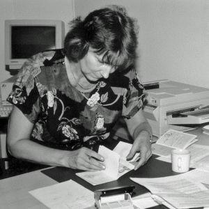 Estlands konsul Kulle Raig skriver ut de första visumen 5.9.1991.