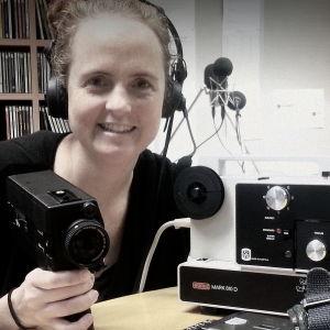 Britt Kootstra med smalfilmskameror och en projektor