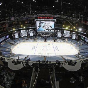 Vy över NHL-arena från takhöjd.