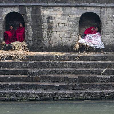 Kuukautisten takia eristyksissä olevia naisia Madhav Narayan -festivaalin aikana Nepalissa helmikuussa 2016.