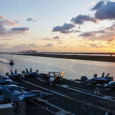 USS Abraham Lincoln Suezin kanavassa 9. toukokuuta.