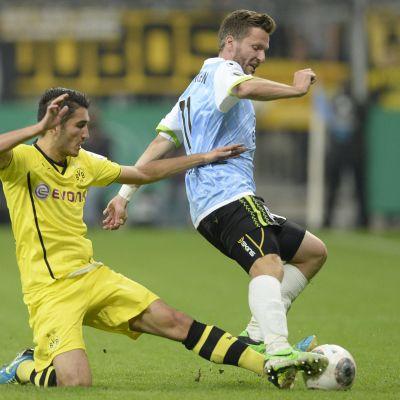 Dortmundin Nuri Sahin ja 1860 Münchenin Benjamin Lauth taistelevat pallosta.