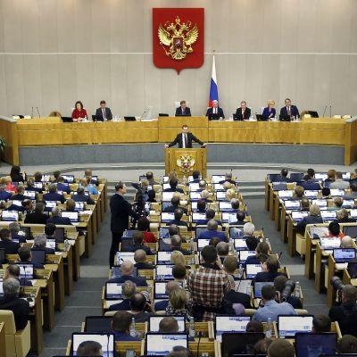 Venäjän duuma istunnossaan. Puhumassa pääministeri Dmitri Medvedev.