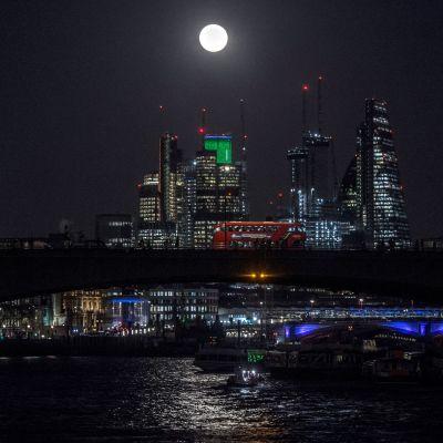 Lontoo yöaikaan.