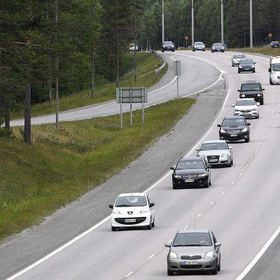 Juhannuksen paluuliikennettä nelostiellä Vantaalla sunnuntaina 24. kesäkuuta.