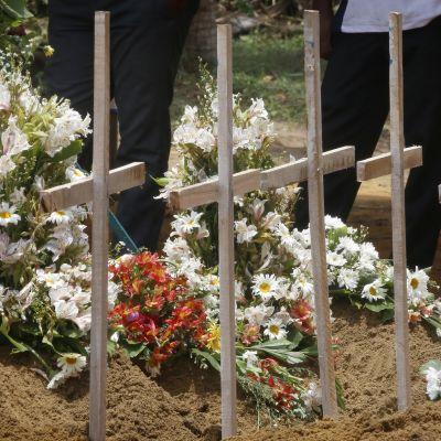 Terrori-iskuissa kuolleiden hautoja.