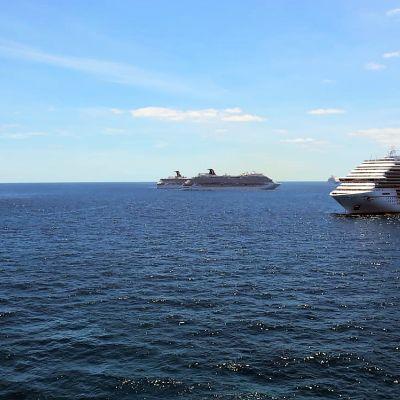 Risteilyaluksia Bahaman vesillä.