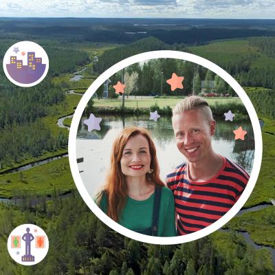 Landskap med skogig ås och vattendrag. Ovanpå bilden flyter ritade bollar med symboler på. I den mittersta bollen är en bild på en man och en kvinna som ler mot kameran.