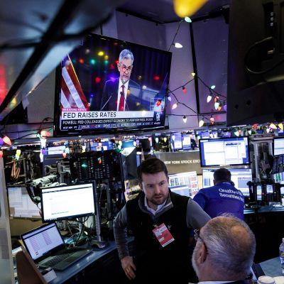 Sijoittajat työssään Yhdysvaltain keskuspankin Fedin korkomuutosilmoituksen jälkeen.