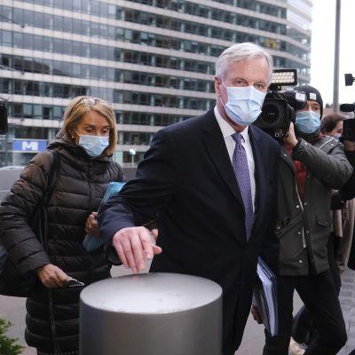 Michel Barnier saapuu tapaamiseen Brysselissä.